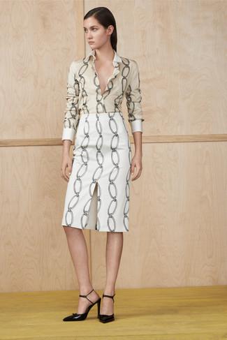 Модный лук: Бежевая классическая рубашка с принтом, Белая юбка-карандаш с принтом, Черные кожаные туфли
