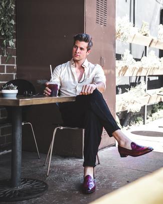 Как и с чем носить: бежевая классическая рубашка, черные льняные классические брюки, темно-пурпурные кожаные лоферы с кисточками, табачные кожаные часы
