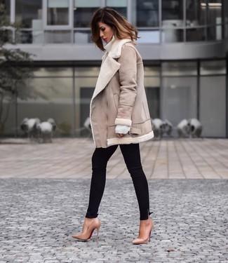 Как и с чем носить: бежевая короткая дубленка, белая шерстяная водолазка, черные джинсы скинни, светло-коричневые кожаные туфли