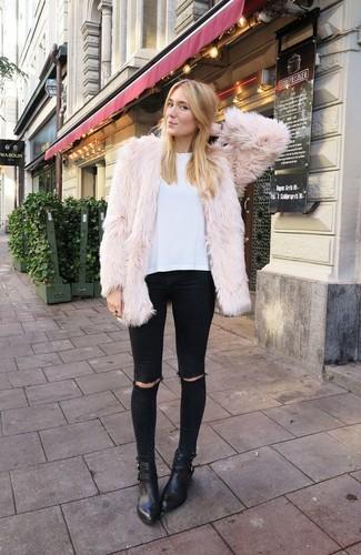 Модный лук: Бежевая короткая шуба, Белая футболка с круглым вырезом, Черные рваные джинсы скинни, Черные кожаные ботильоны
