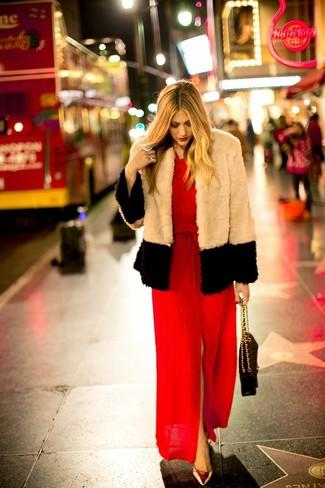Как и с чем носить: бежевая короткая шуба, красное платье-макси с разрезом, золотые кожаные туфли, черная кожаная стеганая сумка-саквояж