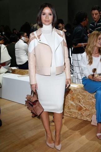 Как Miroslava Duma носит Бежевая кожаная косуха, Белое платье-свитер, Серые замшевые туфли, Коричневая замшевая сумка-саквояж