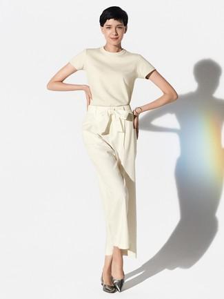 Как и с чем носить: бежевая кофта с коротким рукавом, бежевые широкие брюки, серебряные кожаные балетки, серебряный браслет