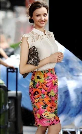 Как Miranda Kerr носит Бежевая кружевная блуза с коротким рукавом, Разноцветная юбка-карандаш с цветочным принтом, Темно-коричневый клатч с пайетками