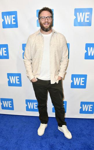 Как и с чем носить: бежевая куртка-рубашка, белая футболка с круглым вырезом, темно-коричневые джинсы, белые кожаные низкие кеды