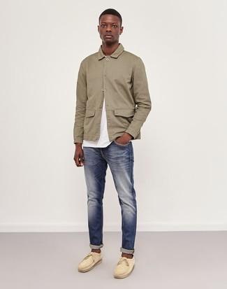 Как и с чем носить: бежевая куртка-рубашка, белая футболка с круглым вырезом, темно-синие джинсы, бежевые замшевые топсайдеры