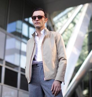 Как и с чем носить: бежевая куртка харрингтон, белая рубашка с длинным рукавом, серые шерстяные классические брюки, темно-красные солнцезащитные очки