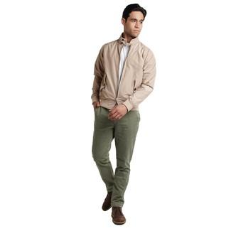 Как и с чем носить: бежевая куртка харрингтон, белая футболка с круглым вырезом, оливковые брюки чинос, темно-коричневые кожаные ботинки дезерты