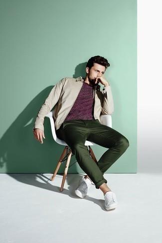 Бежевая куртка харрингтон: с чем носить и как сочетать: Сочетание бежевой куртки харрингтон и темно-зеленых брюк чинос продолжает импонировать стильным джентльменам. Чтобы добавить в образ чуточку непринужденности , на ноги можно надеть белые кожаные низкие кеды.