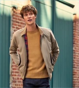 Как и с чем носить: бежевая куртка харрингтон, светло-коричневый свитер с круглым вырезом, темно-синие джинсы