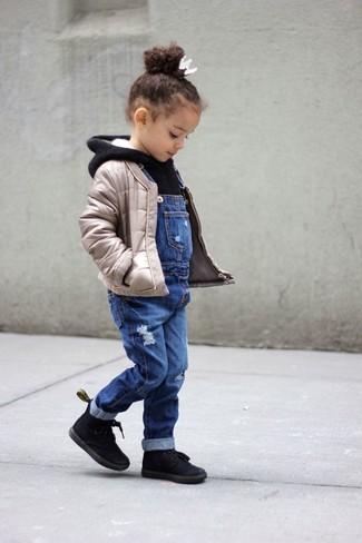 Как и с чем носить: бежевая стеганая куртка, черный худи, синие джинсовые штаны-комбинезон, черные ботинки