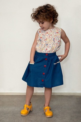 Как и с чем носить: бежевая майка с принтом, синяя юбка, горчичные босоножки