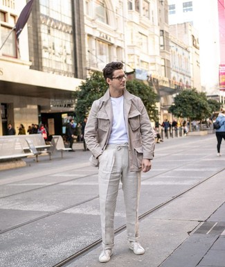 Как и с чем носить: бежевая льняная полевая куртка, белая футболка с круглым вырезом, бежевые льняные брюки чинос, белые кожаные низкие кеды