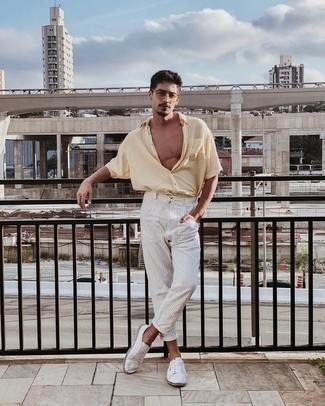 С чем носить белые низкие кеды из плотной ткани мужчине: Бежевая рубашка с коротким рукавом и белые брюки чинос в вертикальную полоску — обязательные составляющие образцового мужского гардероба. Весьма кстати здесь будут выглядеть белые низкие кеды из плотной ткани.