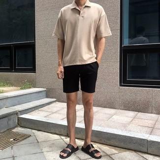 Модные мужские луки 2020 фото: Образ из бежевой футболки-поло и черных шорт смотрится мужественно и необычно. Что касается обуви, можешь отдать предпочтение удобству и надеть на ноги черные кожаные сандалии.