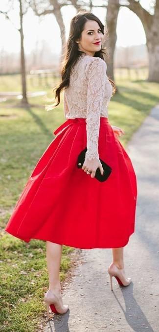 Как и с чем носить: бежевая кружевная футболка с длинным рукавом, красная юбка-миди со складками, бежевые кожаные туфли, черный замшевый клатч