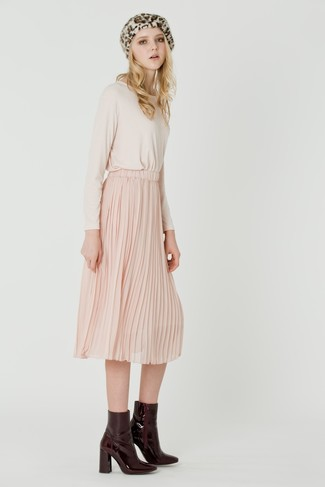 Как и с чем носить: бежевая футболка с длинным рукавом, розовая юбка-миди со складками, темно-красные кожаные ботильоны, бежевый берет с леопардовым принтом
