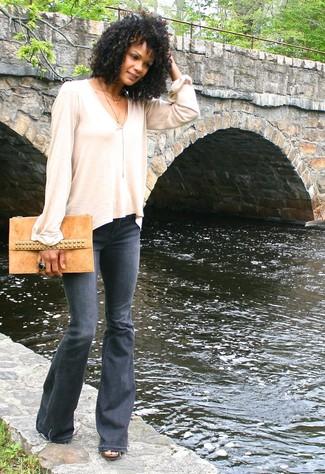 Как и с чем носить: бежевая футболка с длинным рукавом, темно-серые джинсы-клеш, светло-коричневый замшевый клатч, черное кольцо