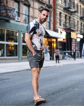 Как и с чем носить: бежевая футболка с круглым вырезом с принтом, темно-серые шорты, коричневые кожаные сандалии