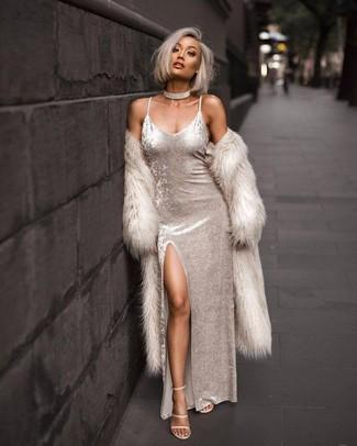 Как и с чем носить: бежевая шуба, белое бархатное платье-макси, бежевые кожаные босоножки на каблуке, прозрачное ожерелье-чокер