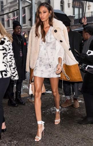 Как и с чем носить: бежевая шуба, белое платье прямого кроя с цветочным принтом, белые кожаные босоножки на каблуке, светло-коричневая кожаная сумка-саквояж