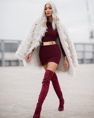 Модный лук: Бежевая шуба, Темно-красное облегающее платье, Темно-красные замшевые ботфорты, Золотой пояс