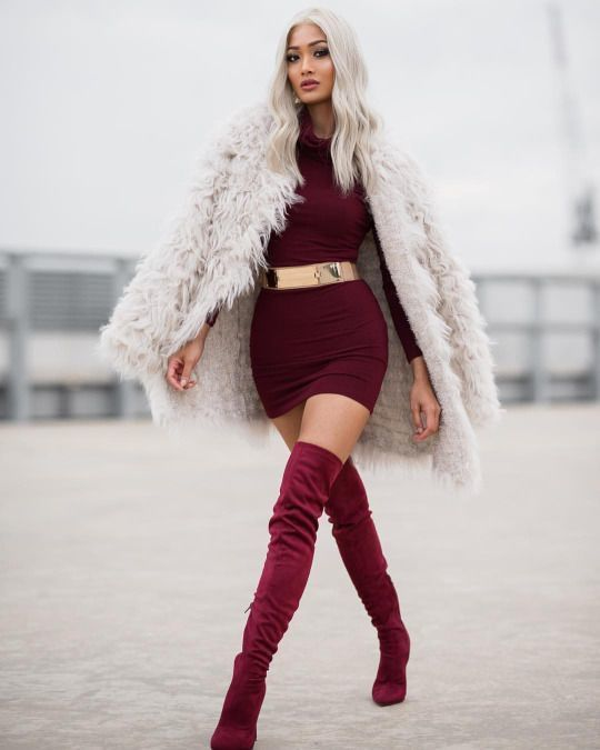Красное платье с красными ботфортами