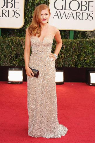 Как Isla Fisher носит Бежевое вечернее платье с украшением, Черный кожаный клатч