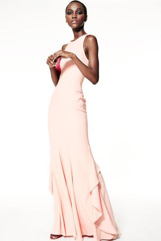 Как и с чем носить: бежевое вечернее платье, ярко-розовые кожаные босоножки на каблуке, ярко-розовый кожаный клатч
