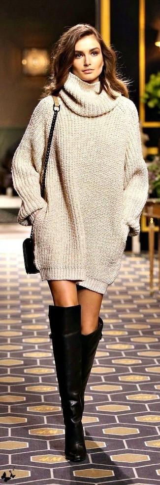 Модный лук: Бежевое вязаное платье-свитер, Черные кожаные ботфорты, Черная кожаная сумка через плечо