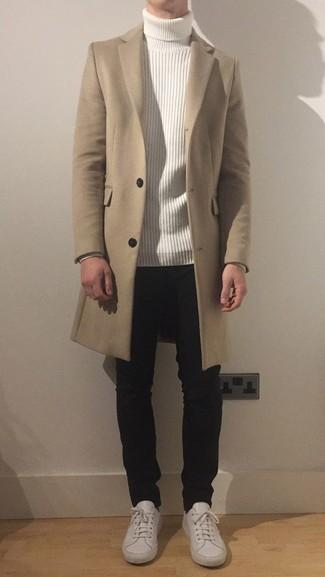 Бежевое длинное пальто: с чем носить и как сочетать: Если ты принадлежишь к той немногочисленной группе парней, способных ориентироваться в модных тенденциях, тебе придется по вкусу сочетание бежевого длинного пальто и черных джинсов. Смелые молодые люди закончат образ белыми кожаными низкими кедами.