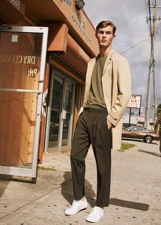Как и с чем носить: бежевое длинное пальто, оливковая футболка с круглым вырезом, темно-коричневые брюки чинос, белые низкие кеды