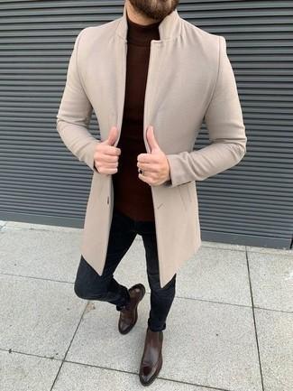 С чем носить темно-коричневые кожаные ботинки челси мужчине: Бежевое длинное пальто и темно-синие зауженные джинсы — великолепный вариант для несложного, но модного мужского лука. Такой ансамбль обретет свежее прочтение в паре с темно-коричневыми кожаными ботинками челси.