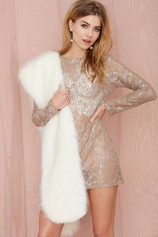 Модный лук: Бежевое кружевное платье прямого кроя, Белый меховой шарф