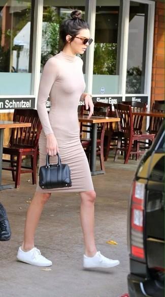 Как Kendall Jenner носит Бежевое облегающее платье, Белые низкие кеды из плотной ткани, Черная кожаная сумочка