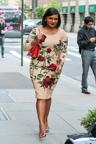 Как и с чем носить: бежевое облегающее платье с цветочным принтом, красные кожаные босоножки на каблуке, красная кожаная сумка через плечо
