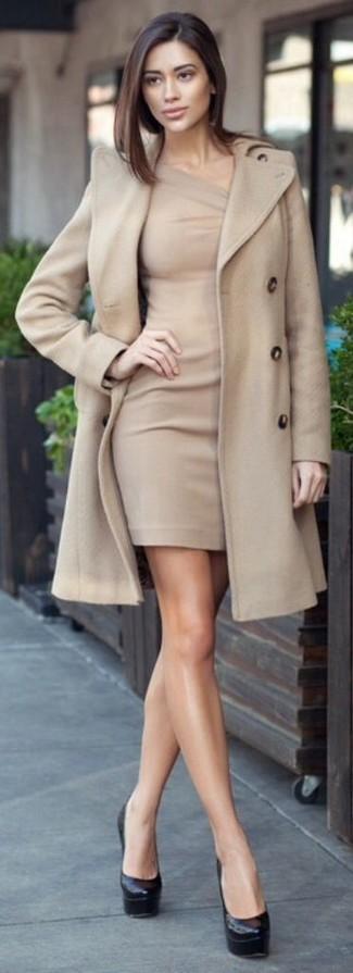 Поклонницам стиля casual придется по вкусу сочетание бежевого пальто и бежевого облегающего платья. Выбирая обувь, сделай ставку на классику и надень черные кожаные туфли.