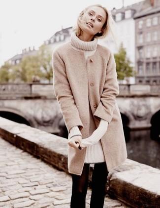 Как и с чем носить: бежевое пальто, бежевое платье-свитер, черные шерстяные колготки