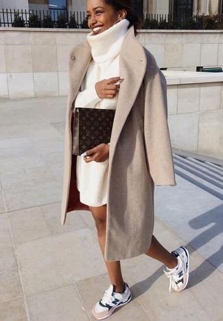 Как и с чем носить: бежевое пальто, белое вязаное платье-свитер, белые кроссовки, темно-коричневый кожаный клатч с принтом