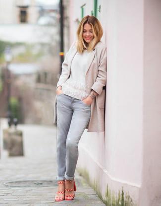Как и с чем носить: бежевое пальто, белый свитер с круглым вырезом, серые джинсы, красные кожаные босоножки на каблуке
