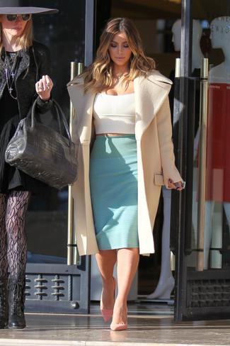 Как Kim Kardashian носит Бежевое пальто, Белый укороченный топ, Мятная юбка-карандаш, Розовые замшевые туфли