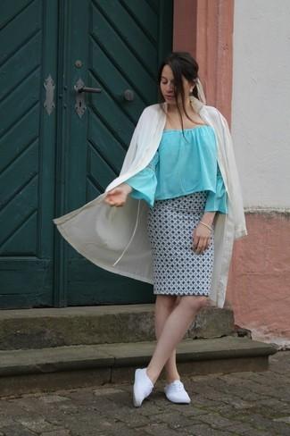 Как и с чем носить: бежевое пальто дастер, голубой топ с открытыми плечами, голубая юбка-карандаш с принтом, белые плимсоллы
