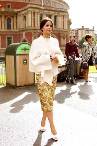 Как и с чем носить: бежевое пальто-накидка, бежевый свитер с круглым вырезом, золотая юбка-карандаш с пайетками, белые кожаные туфли с вырезом