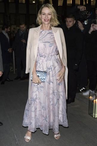 Как и с чем носить: бежевое пальто, розовое вечернее платье с вышивкой, бежевые кожаные босоножки на каблуке, голубой кожаный стеганый клатч