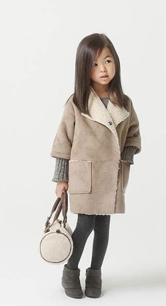 Как и с чем носить: бежевое пальто, серое вязаное платье, темно-серые замшевые ботинки, темно-серые колготки