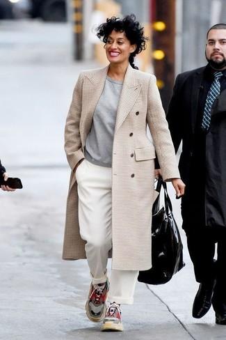 Как и с чем носить: бежевое пальто в шотландскую клетку, серый свитшот, белые широкие брюки, разноцветные кроссовки