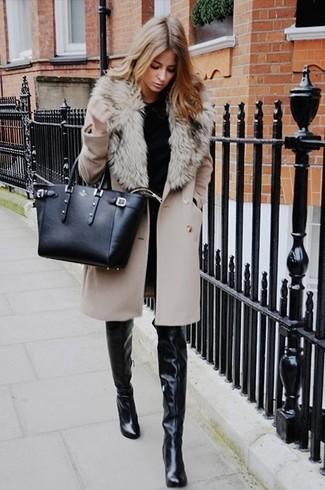 Модный лук: Бежевое пальто с меховым воротником, Черный свитер с круглым вырезом, Черные кожаные ботфорты, Черная кожаная большая сумка