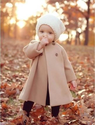 Как и с чем носить: бежевое пальто, темно-красные леггинсы, белая шапка