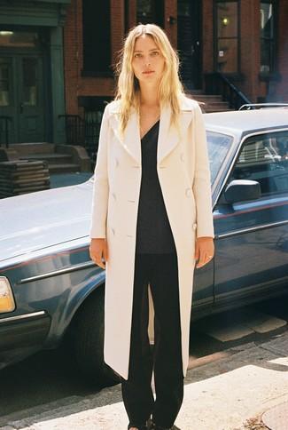 Как и с чем носить: бежевое пальто, темно-серый свитер с v-образным вырезом, черные широкие брюки, черные кожаные босоножки на каблуке