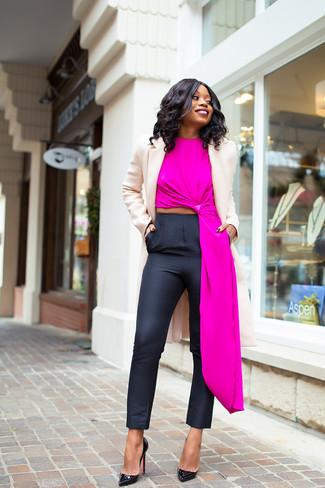 Как и с чем носить: бежевое пальто, ярко-розовый топ без рукавов, черные узкие брюки, черные кожаные туфли